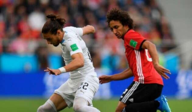 Martín Cáceres, de Uruguay, defendiendo el balón ante un jugador de Egipto