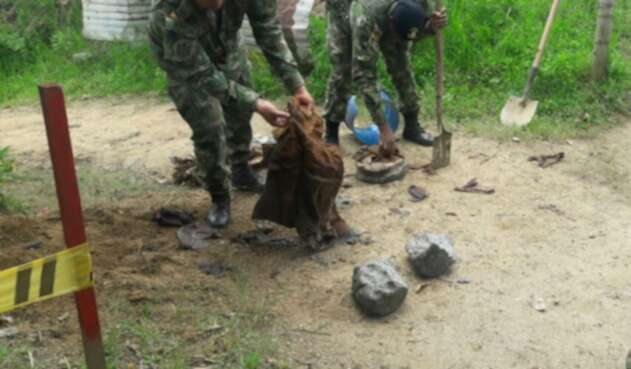 Militares destruyendo los artefactos explosivos.