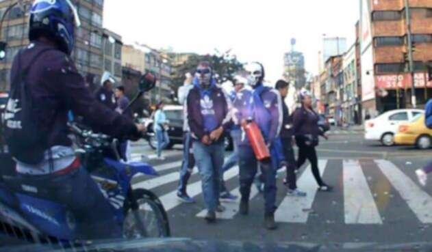 Encapuchados con camiseta de Millonarios que intimidaron en Bogotá