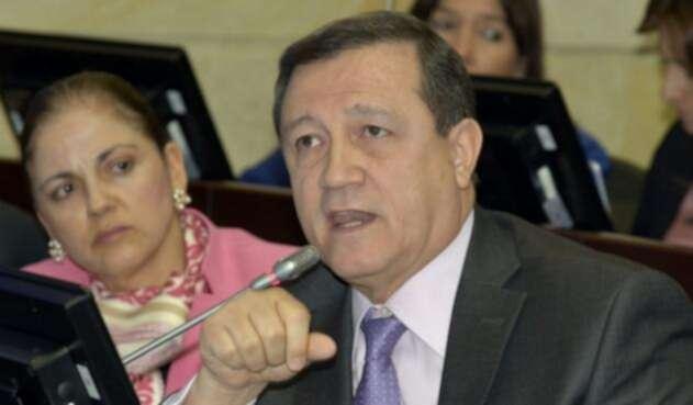 Ernesto Macías o María del Rosario Guerra