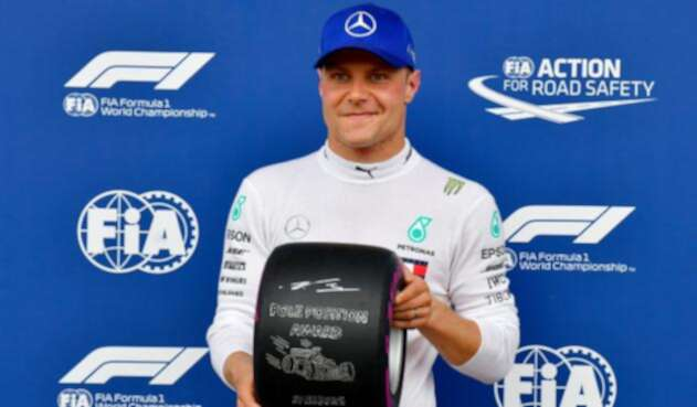 """Valtteri Bottas posa con la """"pole position award"""""""