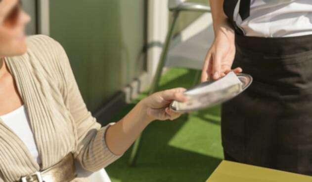 Mujer entregando propina