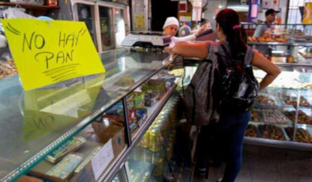 """""""No hay pan"""", dice un letrero en una panadería en Caracas."""