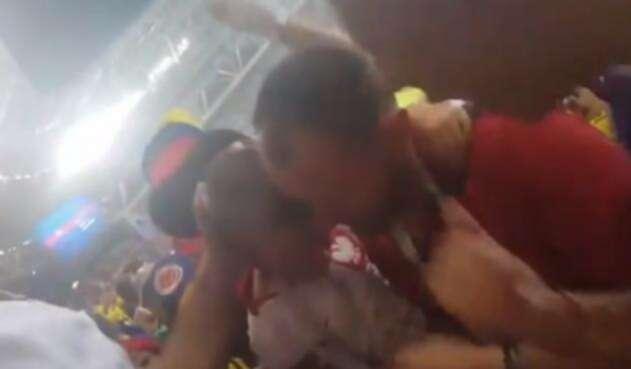 Hinchas colombianos animan a niño de Polonia
