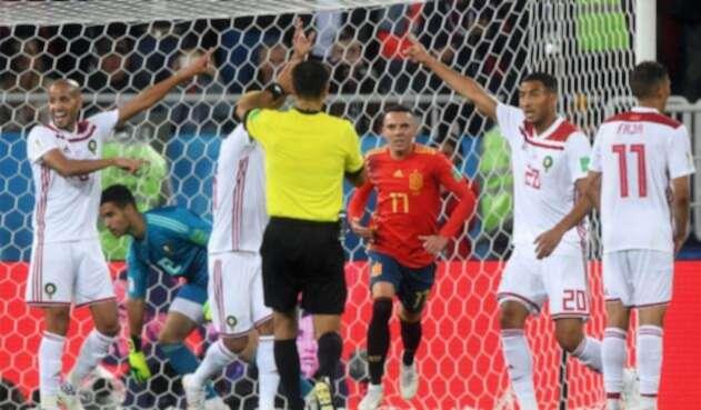 Una jugada polémica le dio el paso a los españoles a los octavos de final