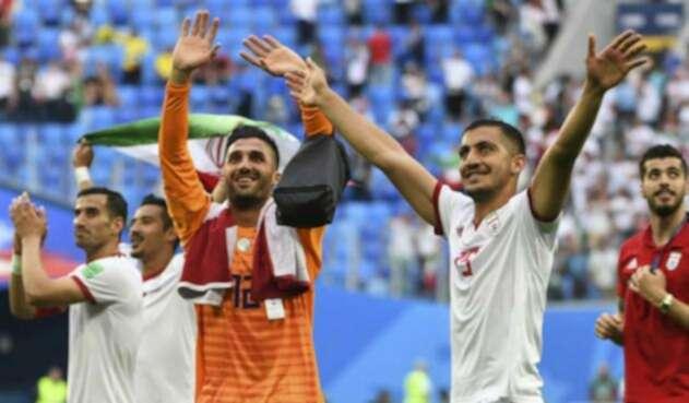 Los jugadores de Irán saludando al público