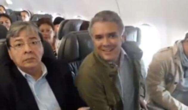 Iván Duque viajando como presidente electo en clase económica