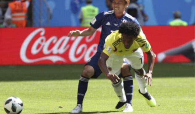 Juan Cuadrado disputando un balón ante un rival japonés