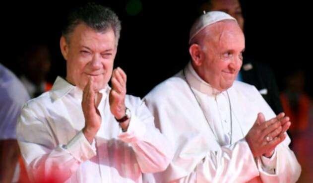 Juan Manuel Santos junto al papa Francisco