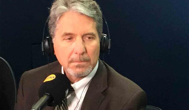 Kevin Whitaker, embajador de Estados Unidos en Colombia, en la cabina de LA FM