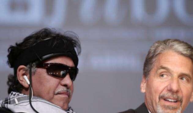 Jesús Santrich, exmiembro de las Farc y Kevin Whitaker, embajador de EE. UU. en Colombia