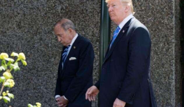 Larry Kudlow en compañía de Donald Trump