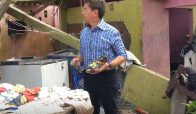 Luis Pérez en una de las viviendas destruidas
