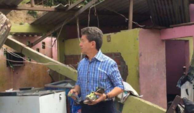 El gobernador Luis Pérez en una de las viviendas destruidas