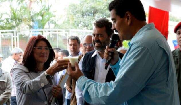 Nicolás Maduro y su esposa Cilia Flores tomando leche, durante un programa de televisión hecho en Caracas el 16 de octubre de 2013
