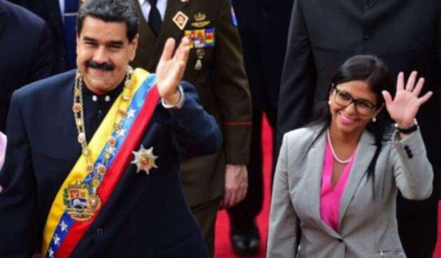 Nicolás Maduro junto a la nueva vicepresidenta venezolana, Delcy Rodríguez.
