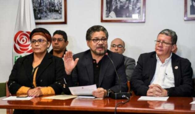 Iván Márquez (cen.), Amparo Sandino (izq.) y Pablo Catatumbo, miembros del partido político Farc.