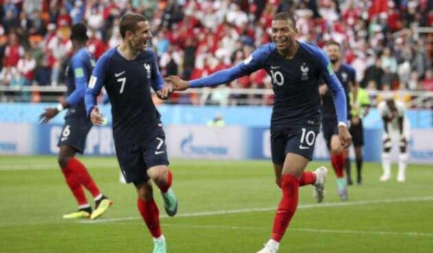 Kylian Mbappé junto a Antoine Griezmann