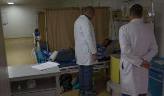 Médicos atienden pacientes en los centros hospitalarios.