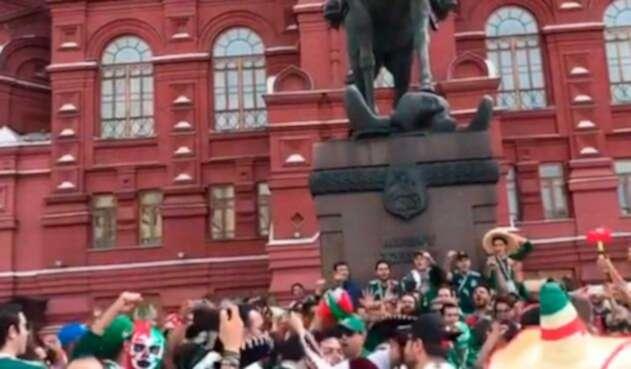 Hinchas mexicanos se reúnen en la Plaza Roja