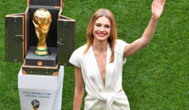 Natalia Vodianova, la supermodelo rusa de delgadez extrema que presentó la copa Jules Rimet en Rusia 2018.
