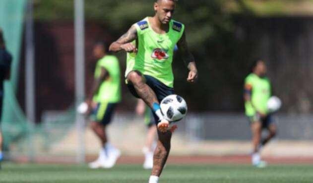 Brasilero Neymar trabaja sin problemas