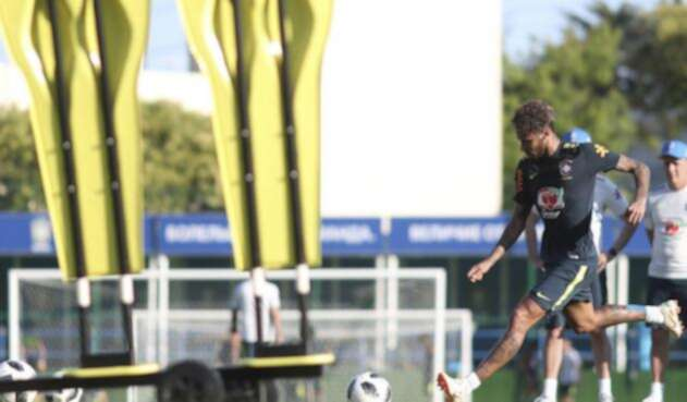 Neymar durante un entrenamiento con Brasil
