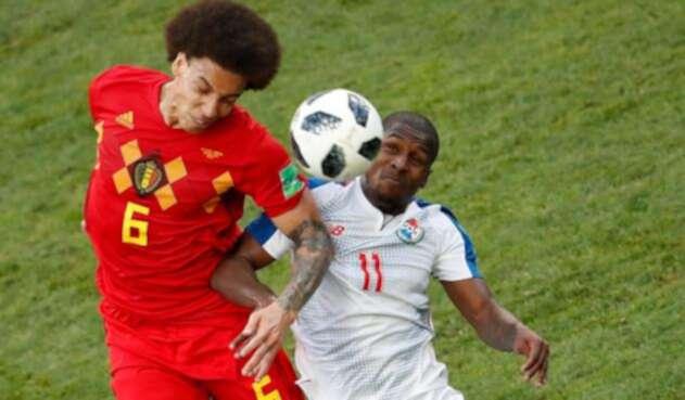 Axel Witsel y Armando Cooper disputando el balón en el Bélgica vs Panamá