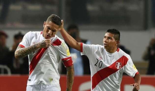 Paolo Guerrero y Edison Flores