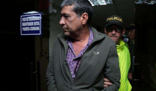 Pedro Aguilar siendo custodiado por la autoridad