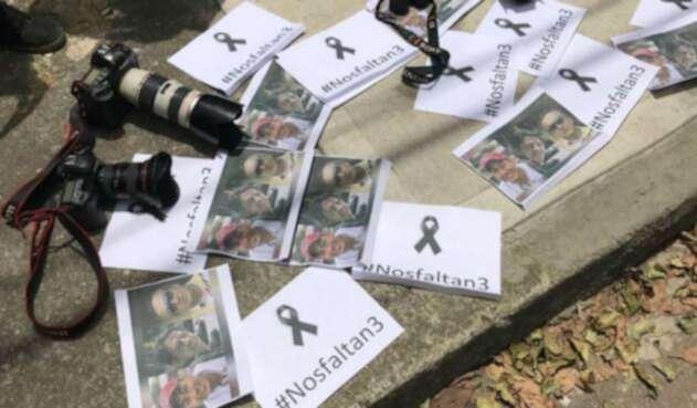 Periodistas, camarógrafos y reporteros gráficos de Bogotá realizaron un plantón en solidaridad por los periodistas ecuatorianos asesinados, el 16 de abril de 2018 en Bogotá