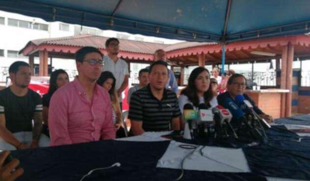 Familiares de los periodistas ecuatorianos asesinados, en rueda de prensa en Cali