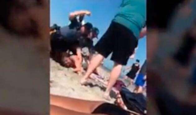 Policía golpea a una joven