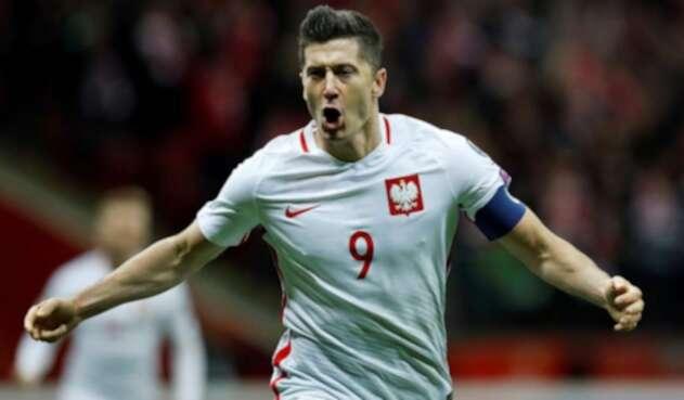Robert Lewandowski festejando su doblete en la goleada sobre Lituania