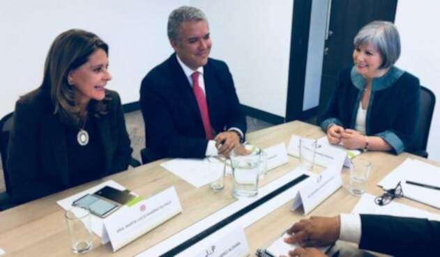 El presidente electo, Iván Duque (cen.), se reunió con la presidenta de la JEP, Patricia Linares (der.). En la reunión estuvo la vicepresidenta electa, Marta Lucía Ramírez.