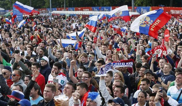 Aficionados de Rusia a las afueras del estadio Luzhniki de Moscú