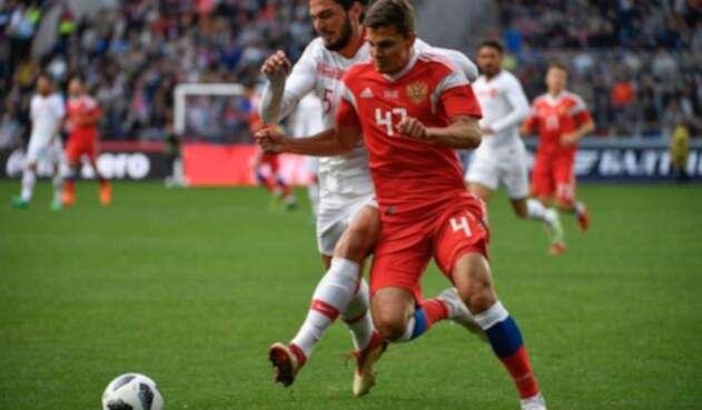 El turco Okay Yokuslu en acción con el ruso Roman Zobnin, en el estadio VEB Arena de Moscú
