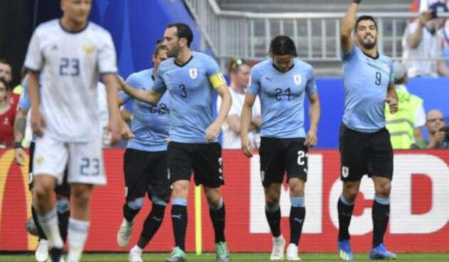 Suárez celebrando su gol al lado de sus compañeros