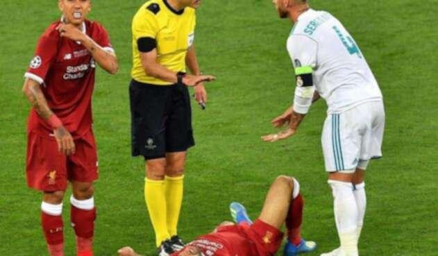 Sergio Ramos discutiendo con el árbitro tras la lesión de Salah