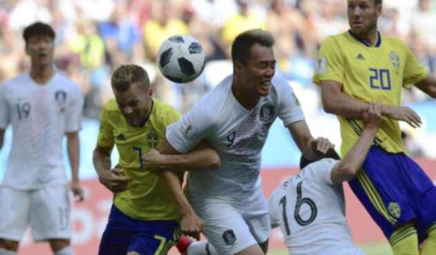 Jugadores de Suecia y Corea del Sur disputando un balón