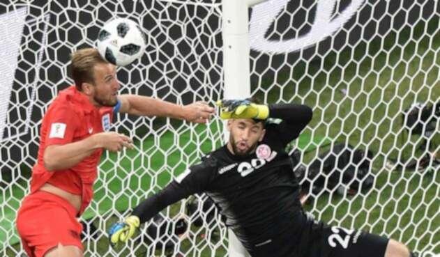 Harry Kane tratando de salvar un balón en el partido ante Túnez