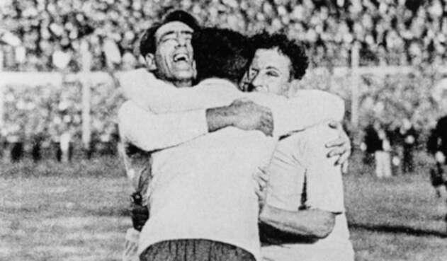 Los uruguayos Pedro Cea, Héctor Scarone y Héctor Castro celebran el título de la Copa del Mundo Uruguay 1930 en Montevideo, el 30 de julio de 1930