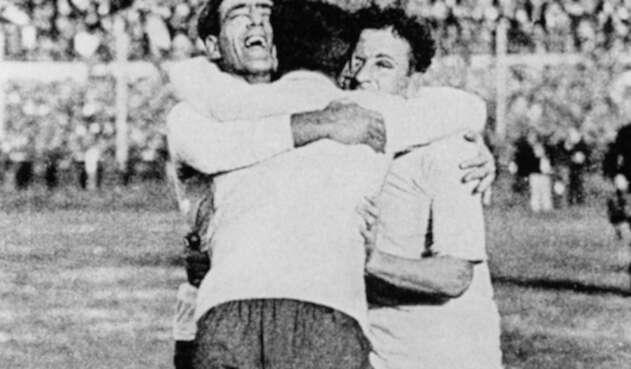 Los uruguayos Pedro Cea, Héctor Scarone y Héctor Castro celebran el triunfo de Uruguay ante Argentina en Montevideo, el 30 de julio de 1930.