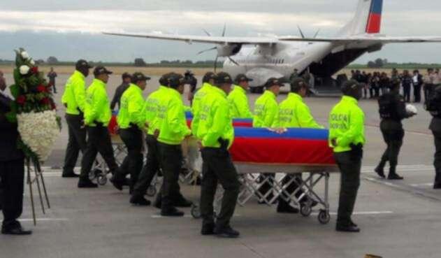 Traslado de cuerpos de periodistas ecuatorianos asesinados, desde aeropuerto de Palmira.