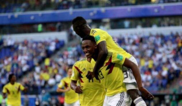 Yerry Mina celebra su gol con a Senegal