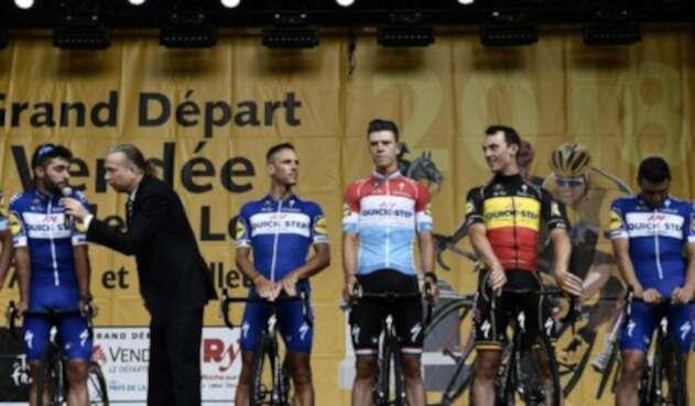 El velocista Fernando Gaviria en el escenario con su equipo Quick Step durante la ceremonia de presentación dos días antes de la edición 105 del Tour de Francia