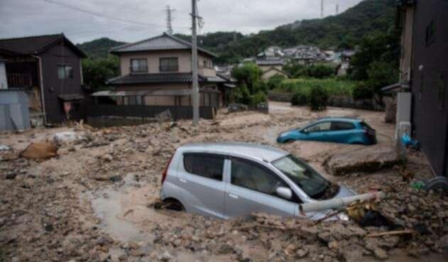 Automóviles atrapados en el lodo después de las inundaciones en Saka, prefectura de Hiroshima el 8 de julio de 2018