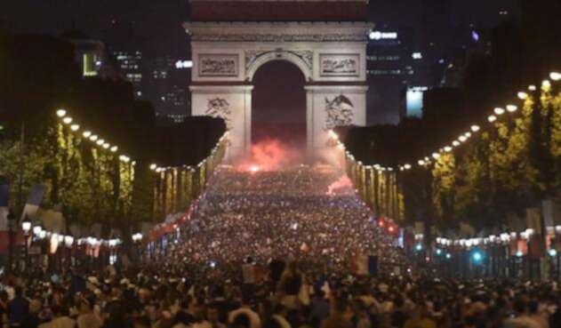 Hinchas franceses celebran victoria de Francia ante Bélgica