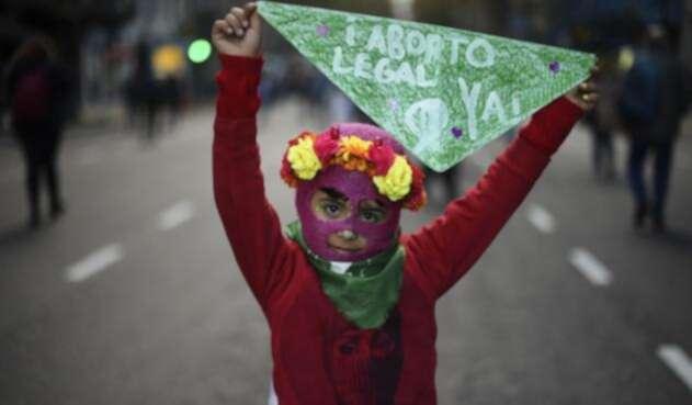 Niña en medio de una marcha sobre el aborto en Argentina