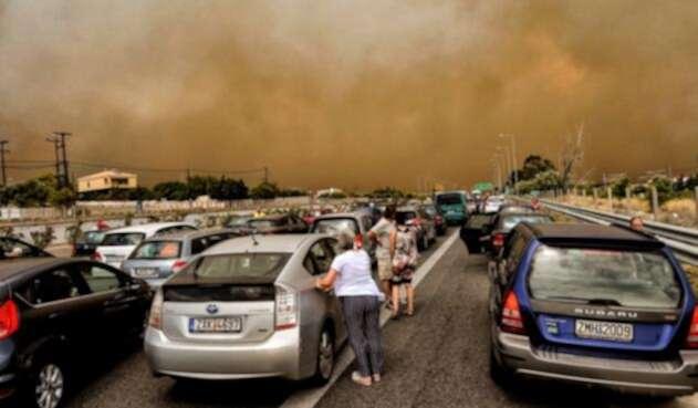 Centenares de bomberos continúan intentando controlar siete grandes incendios que asolan Grecia.